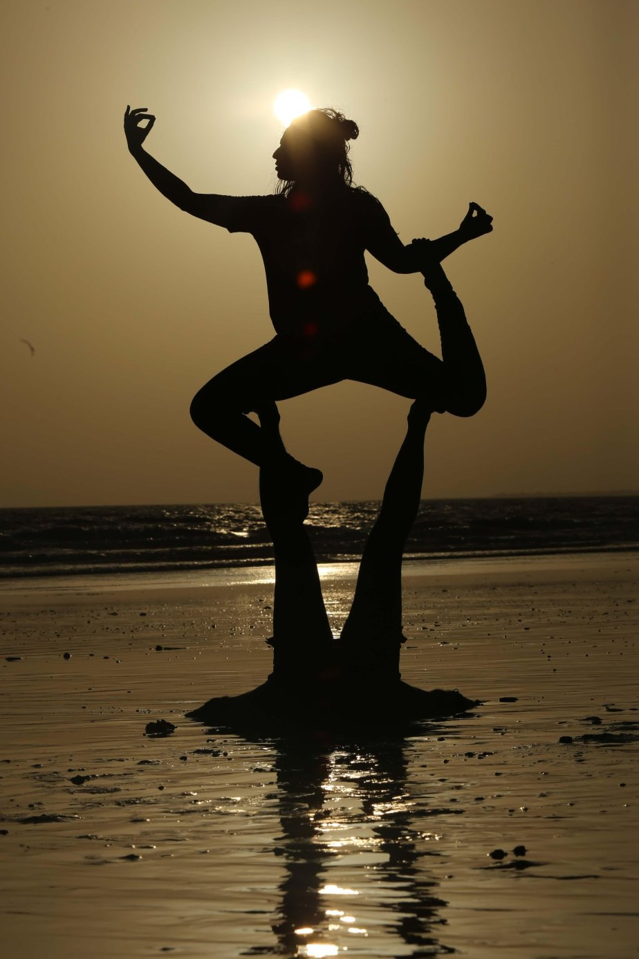 dhanak-aijaz-practicing-yoga-in-karachi
